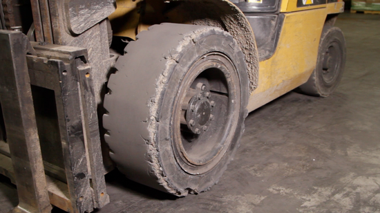 How to know when you should replace your forklift tires